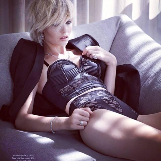 Luisa Hartema modelt in Dessous von Dita von Teese