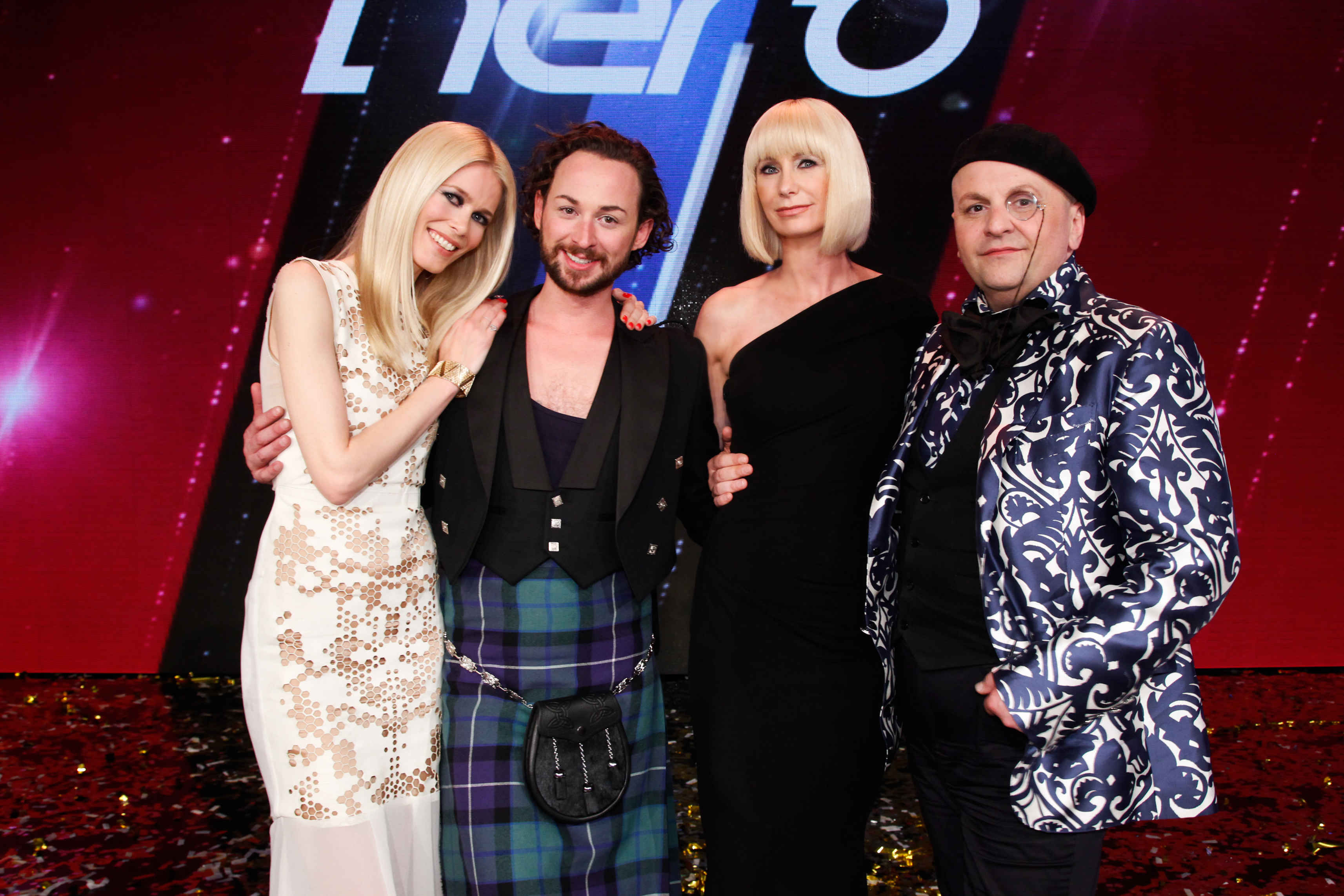 "Der Gewinner von ""Fashion Hero"" Marcel Ostertag mit der Jury Foto: Facebook / Fashion Hero"