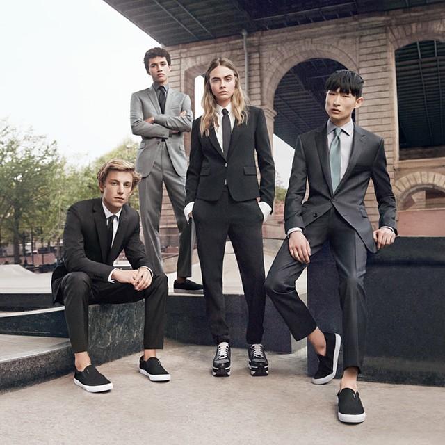 Cara Delevingne beweist hier, dass sie ebenso gut für eine Männerlinie modeln kann. Foto: Instagram / DKNY