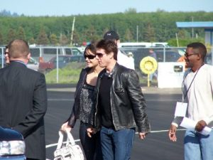 tom cruise and katie holmes leaving plane 300x225 Kämpft Tom Cruise um das alleinige Sorgerecht für Suri?